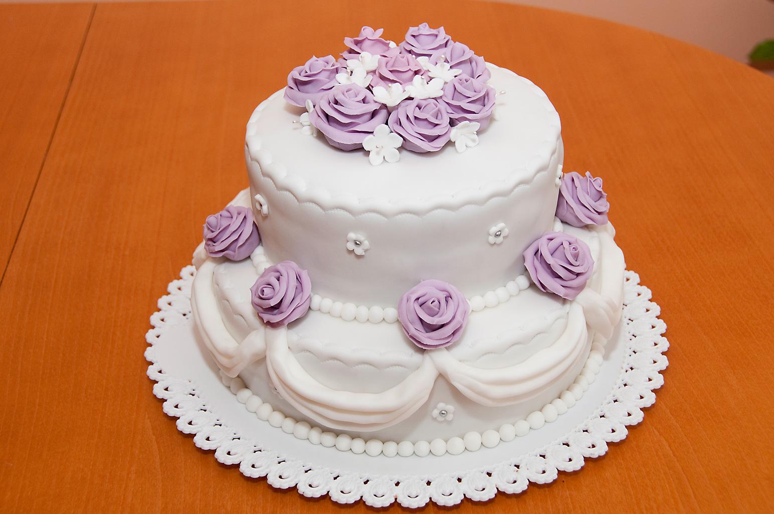 Svatební dort dvoupatrový fialový